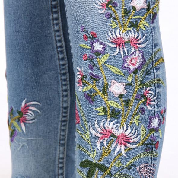 Damen Jeans mit Abnutzungsdetails und Stickerei