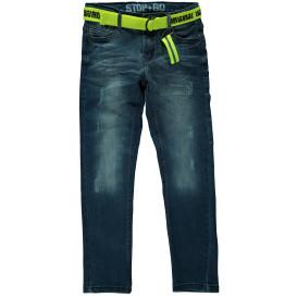 Jungen Jeans mit Stoffgürtel und Abnutzungsdetails